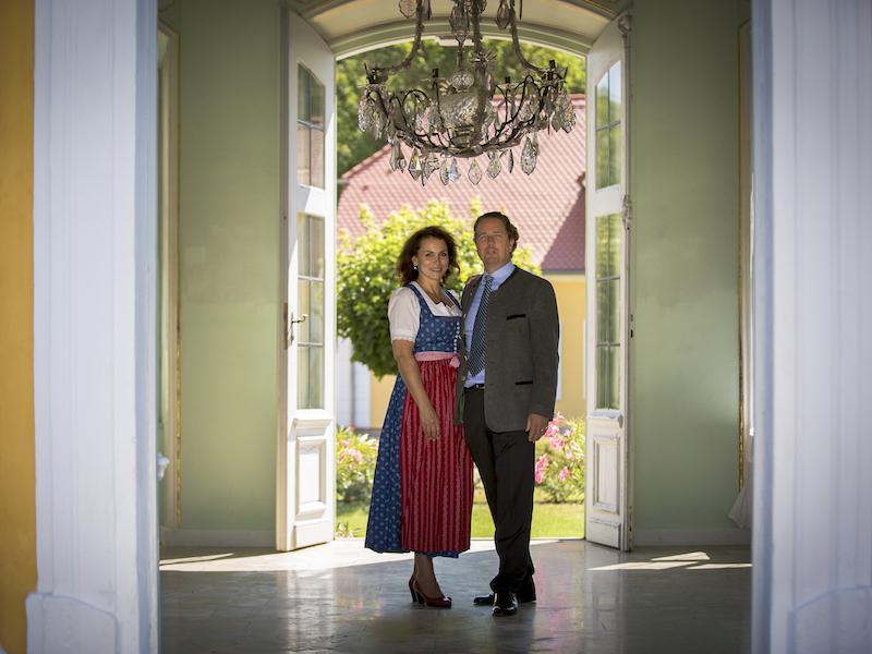 Portrait Graf und Gräfin von Bentzel als Inhaber der Eventloaction vor dem Gartenpavillon